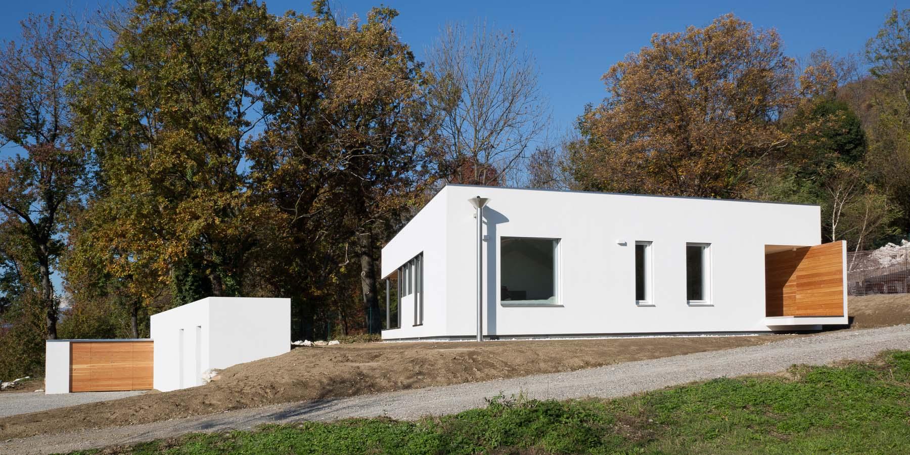 Una casa in legno tra i boschi e il lago di varese for Architettura di casa online